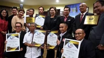 TERBAIK: Christina bersama para pengusaha inap desa dan pelancongan luar bandar Sabah yang menerima anugerah peringkat Asia semalam. — Gambar Bernama