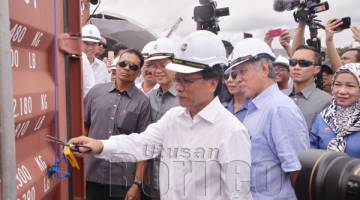 SHAFIE menggunting tali di kontena pertama yang beroperasi di Jeti Baharu Pelabuhan Sandakan sebagai simbolik perasmian.
