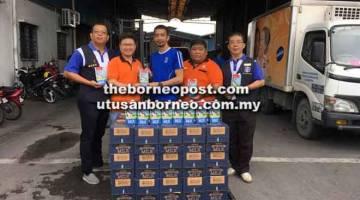 KEMPEN MURNI: Wakil Supreme Food Supply (M) Sdn Bhd Brandon Wee (tengah) menyerahkan barang tajaan kepada                                            Ketua Pemuda Hakka, Enson (dua kiri), disaksikan oleh Pegawai Kebajikan Gabungan Pemuda Jong Lih Khing (kanan), Timbalan Presiden Gabungan Pemuda Chen Fong Hoo (kiri) dan Pegawai Kebajikan Hakka Chong Teck Miaw (dua kanan) semalam.