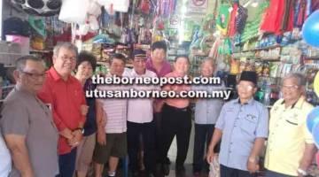 ERATKAN HUBUNGAN: Safiee (lima kiri) bersama Ahmad Johnie (dua kiri) merakamkan kenangan bersama komuniti Cina Daro baru-baru ini.