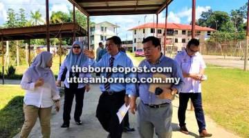TURUN PADANG: Jugah (dua kanan) serta pegawai KPM dari Putrajaya ketika meninjau salah satu sekolah di kawasannya, baru-baru ini.