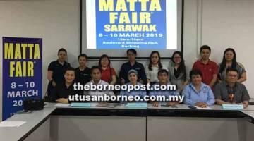 JANGAN LEPAS PELUANG: Dayang Azizah (barisan hadapan, tiga kanan) bersama jawatankuasa penganjur pada sidang media MATTA Fair Sarawak 2019 di Kuching, semalam.