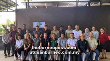 KE PENGINGAT: Dr Rahman (duduk empat kanan) enggau Sagah (duduk tengah) bgambar enggau raban sida lebuh ke nemuai ngagai Borneo Empurau Farm, Tarat, Serian apin lama udah.