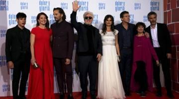 TAYANGAN PERDANA: Pedro Almodovar melambai  bersama barisan pelakon semasa tayangan perdana filem terkini mereka 'Pain and Glory' di Madrid baru-baru ini. — Gambar Reuters