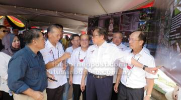 RAMPA KE MANAH DIPEDA: Kepala Menteri mendingka penerang ari Datu Dr Penguang Mangil (tiga kiba) seraya dikemataka Karim (belakang Penguang) Dr Sim, Uggah, Tiong enggau Gerawat.