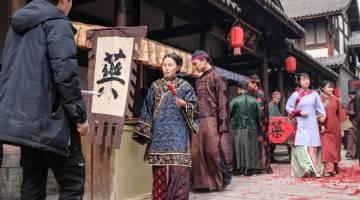 PELAKON TAMBAHAN: Gambar yang diambil pada 30 Januari 2019 ini menunjukkan beberapa pelakon tambahan memakai kostum zaman silam berjalan di set penggambaran untuk sebuah drama TV China di Hengdian World Studios. — Gambar Reuters