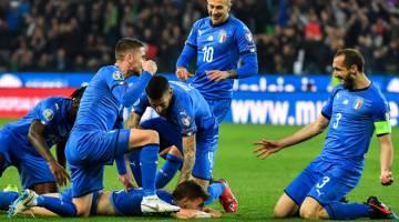 KEMENANGAN PERTAMA: Barella (bawah)meraikan jaringannya bersama rakan sepasukan ketika beraksi pada perlawanan kelayakan Euro 2020 menentang Finland di Stadium Friuli, Udine pada Sabtu lepas. — Gambar AFP