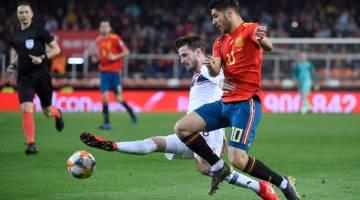 SENGIT: Pemain tengah Sepanyol, Marco Asensio (kanan) dicabar oleh pemain Norway, Havard Nordtveit ketika bersaing pada perlawanan di Stadium Mestalla, Valencia Sabtu lepas. — Gambar AFP