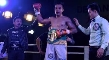 JUARA: Adli Hafidz diumumkan sebagai pemenang selepas menewaskan Bambang Rusiadi untuk merangkul tali pinggang Majlis Tinju Asia (WBC) kategori Middleweight di Kompleks Sukan Daiman Johor Jaya malam kelmarin. — Gambar Bernama