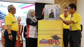 UNGKUP KOMUNITI: Mazula (dua kiba) disempulang Sulong (dua kanan) enggau Kadim (kiba)bejadi progam 'Jom Masuk IPT 2019' di Mydin Petra Jaya.