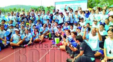 PETER (tengah) bersama para peserta 7 KM Fun Run.