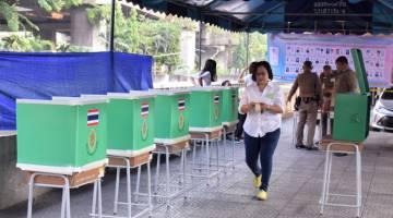 SIBUK: Persiapan di pusat mengundi di Soi Pradipat 5, Daerah Phaya Thai sebelum pusat mengundi buka pada 8 pagi (waktu tempatan) bagi pilihan raya umum Thailand yang diadakan buat kali pertama sejak rampasan kuasa 2014.  — Gambar Bernama