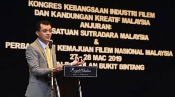 ADA IDENTITI TERSENDIRI: Ahmad Idham berucap pada majlis perasmian Kongres Kebangsaan Industri Filem dan Kandungan Kreatif Malaysia anjuran Persatuan Sutradara Malaysia (FDAM) dan FINAS semalam. — Gambar Bernama