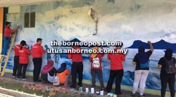 AKTIVITI: Peserta Kumpulan  SRSW3 NPQEL 2.0 Ambilan 1 Tahun 2019 dari IAB Cawangan Sarawak bersama para ibu murid SK Bako melukis mural di dinding sekolah terbabit