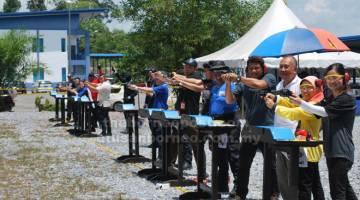 TINGKAT KEMAHIRAN: Hamidah (dua kanan), Mohd Bukhori (tiga kanan) bersama pengamal media yang menyertai acara tembak jemputan khas.