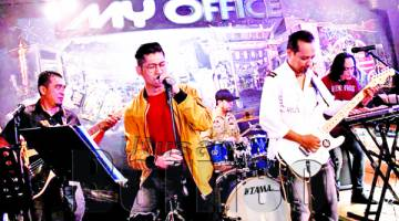 ZARUL (tengah)  vokalis Umbrella membuka pentas persembahan menerusi lagu Mentera Semerah Padi nyanyian asal Datuk M Nasir gamatkan suasana My Office Cafe.