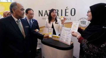TURUN PADANG: Teresa Kok (tengah) melawat pameran produk Natrieo oleh Sime Darby Oils selepas perasmian Seminar Nutritisi: Hidup Sihat dengan Minyak Sawit Malaysia, semalam. — Gambar Bernama
