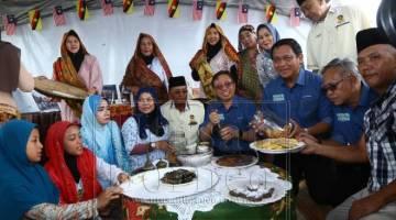 Abang Johari ti disempulang Dr Abdul Rahman (tiga ari kanan) beratika pemakai asal ke bisi dipandangka ba bansal Karnival Darul Hana.