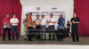 RASMI: William merasmikan majlis pembukaan program 'AZAM rural school outreach' di Niah, Miri baru-baru ini.
