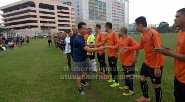 SELAMAT BERTANDING: Frederick bersalaman dengan pasukan dari Brunei Stone Ville FT yang menyertai Piala Veteran 2019.