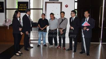 SYUKUR: Rita (tiga kiri) bersama peguamnya Shankar Ram (dua kiri) dan Daniel Ling (dua kanan).