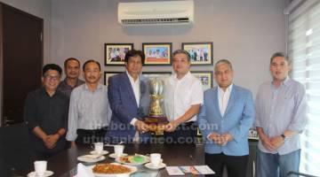 JADI REBUTAN: Hasweera (tiga kanan) melakukan simbolik penyerahan trofi kejuaraan kepada Abng Khalid sambil disaksikan (dari kanan) Wan Iskandar, Ismail, Fudin dan Jaffary.