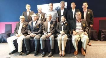 MAJUKAN BOLING PADANG: Awang Mahyan Awang Mohamed (duduk kanan) bersama Wan Nawawi (duduk tengah), Tengku Noor (dua kanan) dan barisan Exco PLBM yang baharu.