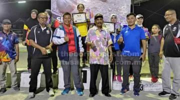 TERBAIK: Pemenang wanita pertandingan sukan petanque peringkat negeri Sarawak merakam gambar bersama Othman, Janudin (berdiri tiga dan empat kiri) serta yang lainnya.