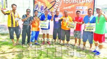 PEMENANG Kejohanan Tenis Bergu Lelaki Tertutup WP Labuan bersama Mohd Fadzli (tengah).