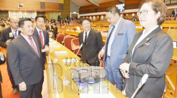 TIMBALAN Ketua Menteri Datuk Christina Liew (kanan) dan Menteri Pembangunan Luar Bandar Datuk Ewon Benedick (tiga dari kanan) berbual bersama Adun Lumadan Matbali Musah (kiri), Adun Kuala Penyu Datuk Limus Jury (dua dari kiri) serta Pembantu Menteri Perdagangan dan Perindustrian Chong Chen Bin (dua dari kanan) di Persidangan DUN Sabah hari ini.