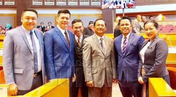 JAUJAN (tiga kanan) bersama (dari kiri) Pembantu Menteri Ben Chong, George Hiew, Assaffal@ Samsul Kamal P. Alian (dua kanan) Sarifuddin Hatta dan Jenifer Lasimbang (kanan).