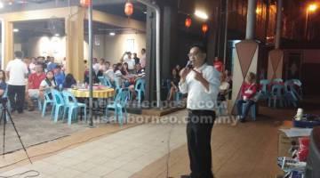 NGAMBIKA NENAK: Chong meri penerang enggau nenak bekait MA63 ti udah isu lebuh sidang Dewan Rakat ba Miri malam kilah ensana.