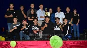 TETAP NYUKUNG: Oscar nyuaka perais ngagai nembiak SMK Sibu Jaya ti udah dipadu champian ba Kategori Kombo di Sibu, kemari.