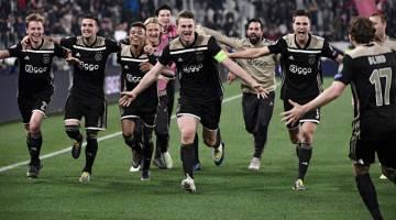 KEJUTAN BESAR: De Ligt (tengah) meraikan jaringannya bersama rakan sepasukan selepas tandukannya memastikan Ajax mara ke peringkat separuh akhir Liga Juara-Juara. — Gambar AFP