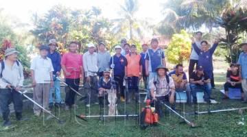 SEBAHAGIAN penduduk Kg. Kukut merakamkan kenangan sempena Program Gotong Royong Perdana membersihkan Tanah Perkuburan Orang-Orang Islam Kg. Padas Damit berkenaan.