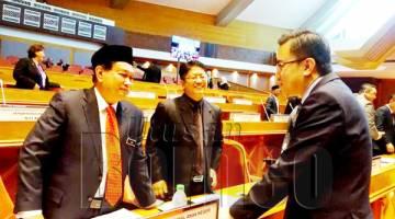 AIDI (kiri) berbual bersama Menteri Pembangunan Luar Bandar Datuk Ewon Benedick (tengah) dan Poong Zin Zhe (DAP-Luyang).