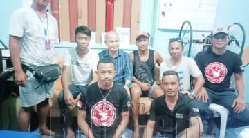 AHMAD Zaki (empat kanan) bergambar bersama James (tiga kanan) selepas mengambil kenyataan untuk siasatan Motac Sabah pada Isnin. Turut kelihatan Abdul Razak (dua kanan).