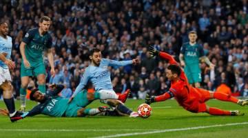 TIADA NASIB: Silva (tengah) terlepas peluang untuk menambah jaringan ketika beraksi pada perlawanan menentang Spurs di Stadium Etihad, Manchester Rabu lepas. — Gambar Reuters