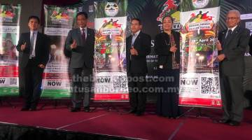 BEJADI: Abdul Karim (dua ari kiba) begulai enggau Jane (dua ari kanan), Edwin (tengah) sereta bala bukai sama ngelanchar Sarawak Harvest & Folklore Festival (SHFF) 2019 bserimbai enggau aum media ditu, ensanus.