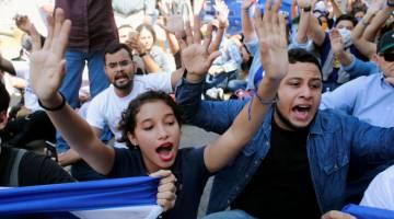 SUARA KEMARAHAN: Penunjuk perasaan melaungkan slogan sewaktu perarakan untuk memperingati ulang tahun setahun protes menentang Ortega di Managua, Nicaragua pada Rabu. — Gambar AFP