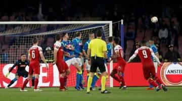AKSI SEBENAR: Sebahagian daripada babak-babak aksi suku akhir perlawanan kedua Liga Europa di antara Napoli dan Arsenal di Stadium Sao Paolo di Itali. Arsenal menang dengan 3-0. — Gambar Reuters