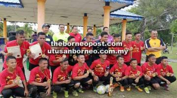 JUARA: Pasukan SMK Saratok berjaya mempertahan kejuaraan dua tahun berturut-turut Kejohanan Bola Sepak 18TKB MSSM Peringkat Bahagian Betong tahun ini.