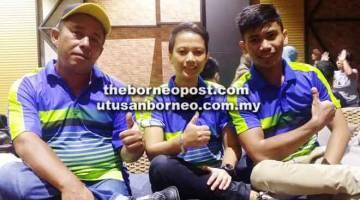 MENDAHULUI: Pemain MAW Bowlers Modtadza Ami (kiri) bersama Lizianan Bundang (tengah) dan Izham Zakaria.
