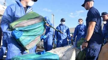 RAMPAS DADAH: Gambar sumbangan Pengawal Pantai AS menunjukkan kakitangannya memunggah dadah yang dirampas di Port Everglades, Florida pada Khamis. — Gambar AFP