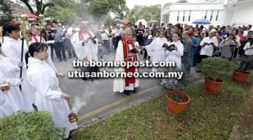 UPACARA SEMBAHYANG: Revd Canon Roannie mengetuai upacara sembahyang Jalan Salib sempena Good Friday semalam di Gereja St Thomas di Kuching. — Gambar Chimon Upon