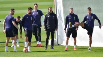 DEKATI KEJUARAAN: Gambar fail menunjukkan pemain Juventus sedang menjalani latihan di Pusat Latihan Juventus di Turin pada awal bulan lalu. — Gambar Reuters