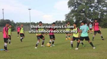 GIGIH: Pemain-pemain menjalani latihan persiapan menentang BTK FC di Stadium Negeri, Petra Jaya Kuching petang ini.