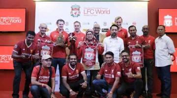 BERTEMU IDOLA: Hyypia (berdiri empat kanan), Jason McAteer (berdiri empat kiri) dan Steve McManaman (berdiri tiga kiri) bergambar dengan penyokong Liverpool FC ketika hadir sempena jelajah LFC World di Pusat Beli-Belah One Utama, semalam. — Gambar Bernama