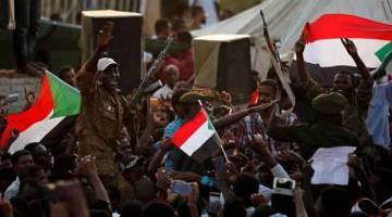 TURUT BERDEMONSTRASI: Anggota tentera Sudan melaungkan slogan semasa demonstrasi di hadapan Kementerian Pertahanan                 di Khartoum pada Khamis. — Gambar Reuters