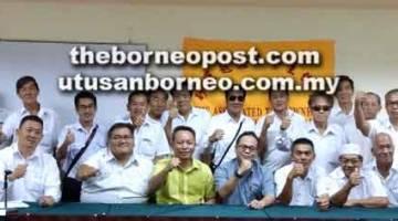 DIALOG: Razami (tiga kiri) bersama ahli-ahli Persatuan Pemilik Teksi Bersekutu Sarawak merakamkan kenangan selepas sesi dialog tersebut.